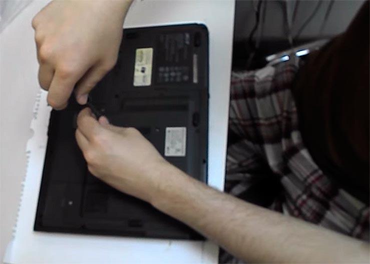 Ноутбук разбираем крестовой отвёрткой